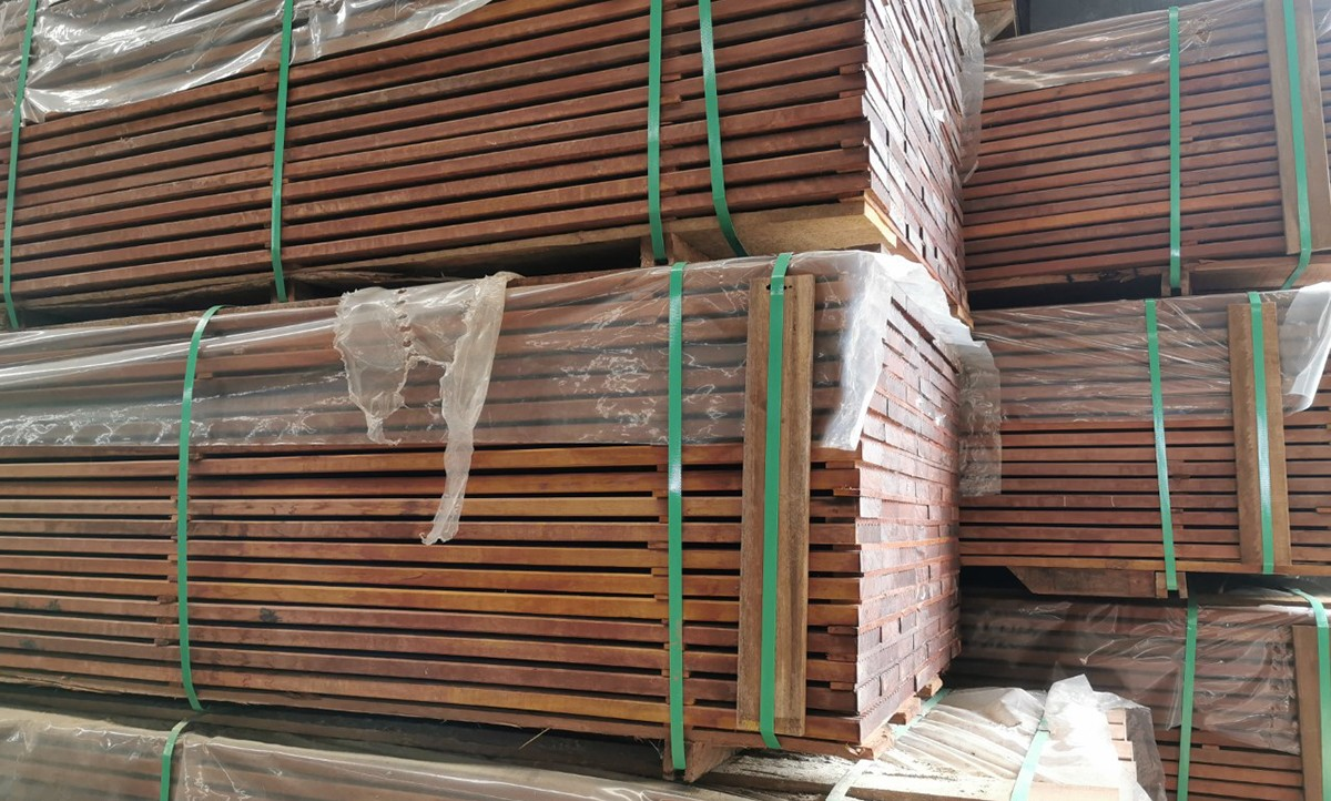 Terrasplanken Massaranduba bij houthandel Verwée
