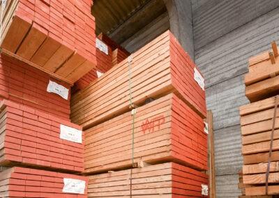 Naaldhout bij houthandel Verwée