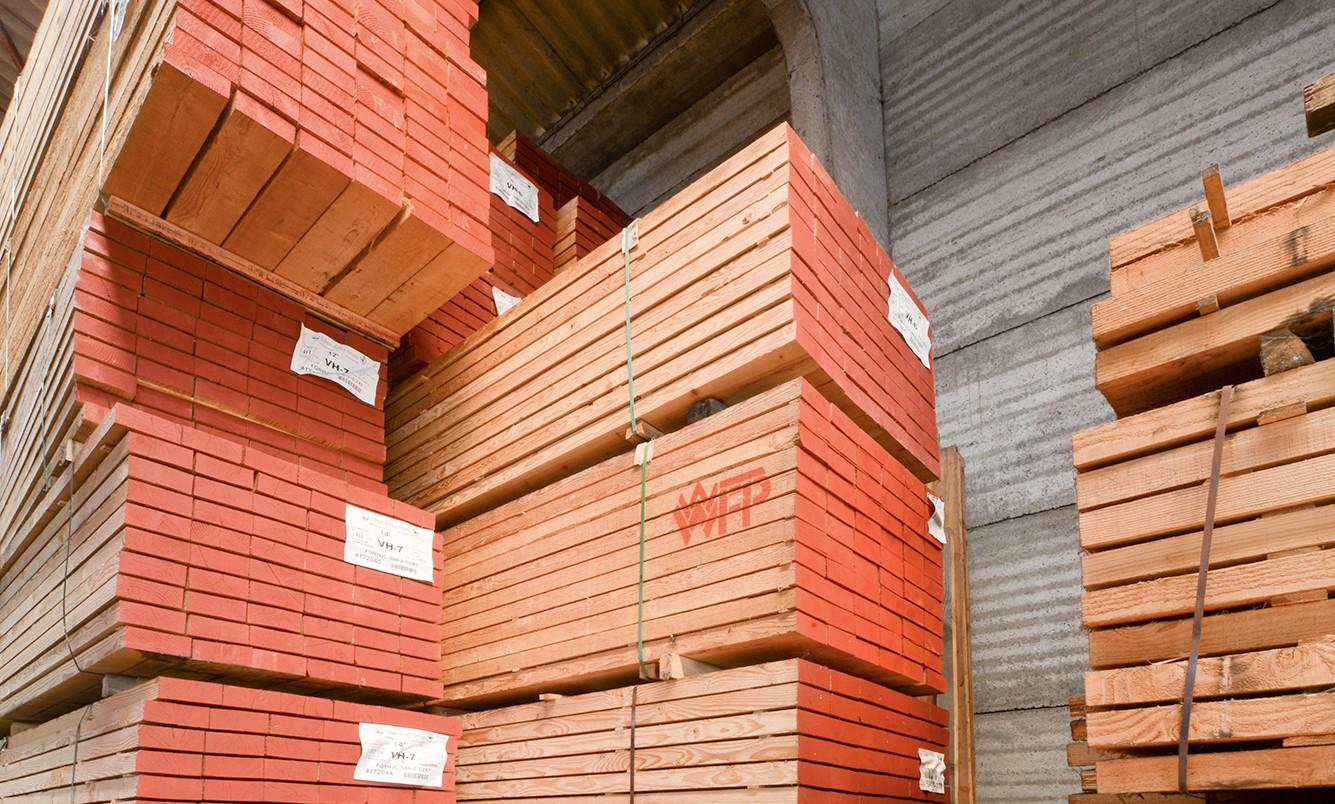 Naaldhout bij houthandel Verwee